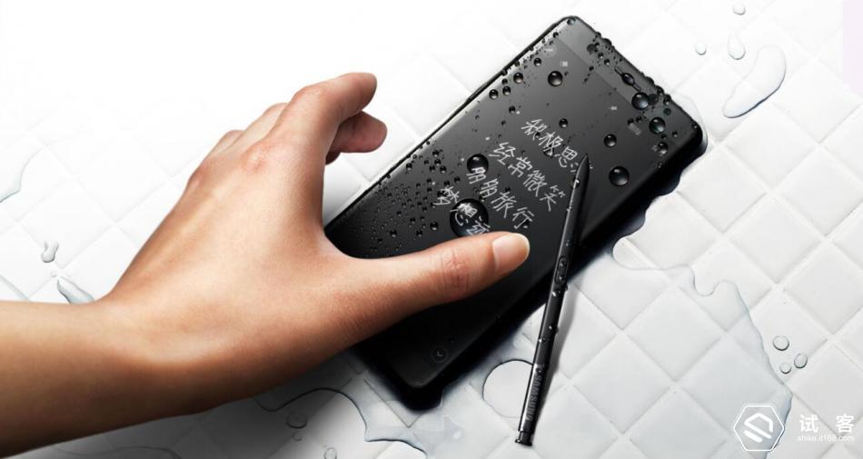 Note7这次爆发力许多的黑科技,无论是水下书写还是虹膜识别都是给星粉带来了很多惊喜。但这些惊喜对于大多数厂家和用户有没有影响呢? 个人认为:喜忧参半。三星的一些技术和设计虽然影响了手机厂商的追逐,比如最经典的手机翻盖保护套可以显示时钟接听电话等快捷功能。现在的很多厂家也都拿这做文章。 可这个功能作为数码爱好者来讲的话,手机裸奔才是最佳的体验。同样比如虹膜识别,也是一个鸡肋的新产品,即使你的技术多么成熟,但没有平台只是靠自家的一些锁屏支付等功能那还是不能影响到大家的生活体验。 当然反过来讲,三星的2K屏