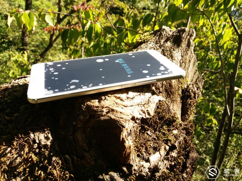 魅族发布旗下最大屏幕手机魅蓝Max,是魅族里程碑上的一个突破,魅蓝Max是魅族历史上首个突破6.0屏幕的手机,这在以前的MX和魅蓝系列中是没有的。一贯主打年轻人和时尚的魅蓝,这次和商务结合,主打大屏及其长续航,并且提供64GB+128GB超大存储空间,为年轻人准备了大屏商务手机---青年良品。我喜欢户外,对骑行、徒步、登山、长跑等等户外活动情有独钟,2015年被8264论坛评为百名户外大咖,论坛活跃会员,体验评测过冲锋衣裤、登山表、登山鞋、手电露营灯、帐篷睡袋等等户外装备,但在IT168试客申请成功而试用