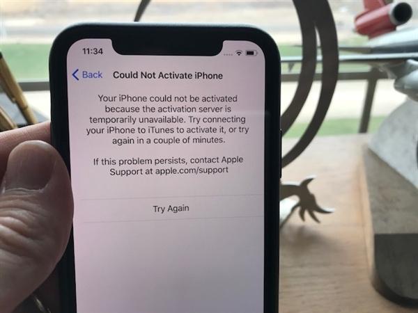iPhone X于昨日正式首发,对于果粉们来说,最激动的事,就是第一时间体验这部苹果旗舰之王,毕竟这个集全面屏和Face ID于一身的黑科技究竟有多么神奇,可据外媒报道称,外国网友竟然遇到无法激活的情况,场面相当尴尬。  目前,从Twitter、Reddit社区上,不少AT&T用户发帖吐槽了的情况来看,自己首批拿到的iPhone X无法激活,对此,苹果表示这并非iPhone X本身问题,主要原因是因为当天有大量设备进行激活,对现有网络造成了拥堵。  AT&T表示,激活新机的数量太多,导致服