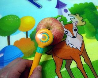 绘图本则可以描画动物,数字,字母等等,还可以识图学习简单的英语单词.